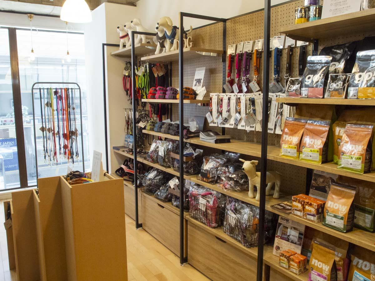 STARRY仙台一番町店の店内のペットグッズコーナーの写真