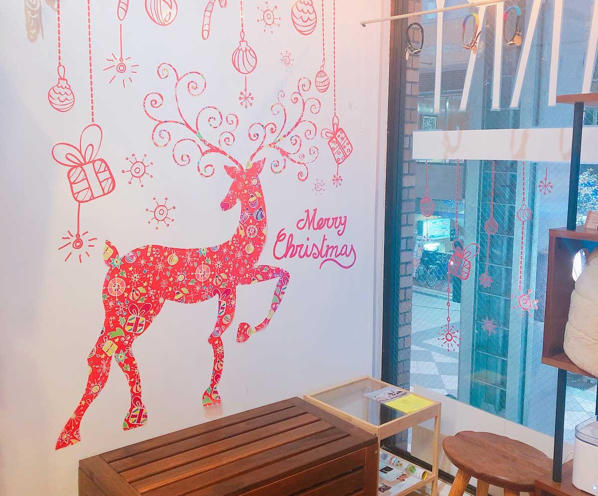 クリスマスデザインの休憩スペースの写真