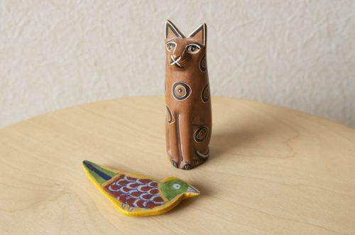 ケニアの猫の置物とメキシコの鳥のマグネットの写真