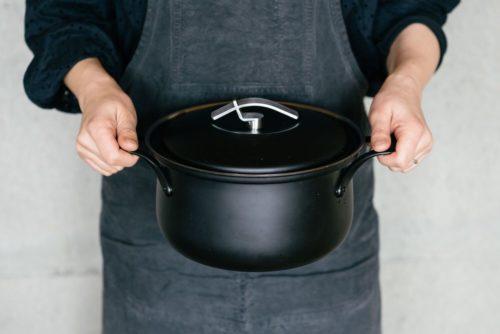 FD STYLEステンレス鍋を持つ写真