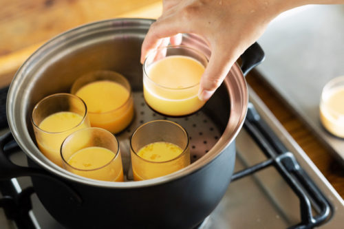 FD STYLEステンレス鍋でプリンを作っている写真