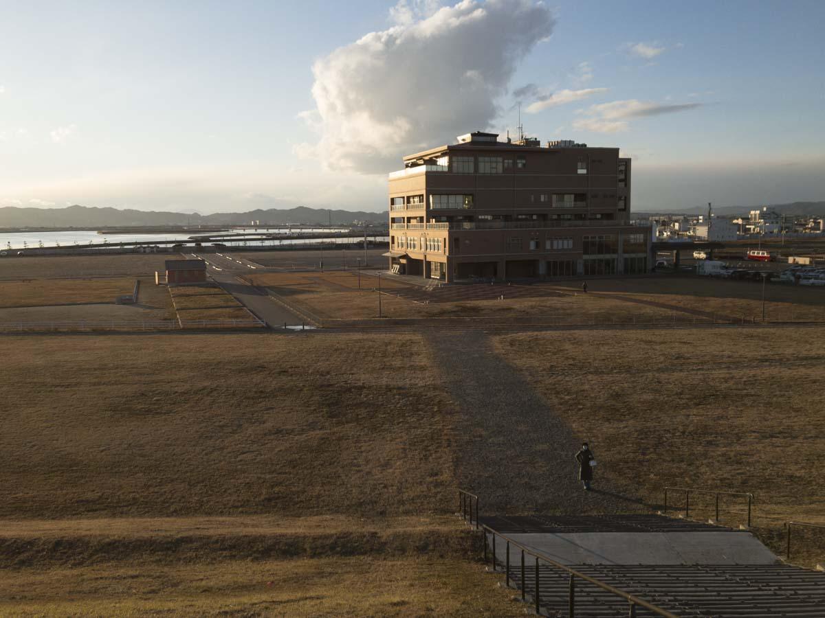鳥の海を背景にした「わたり温泉 鳥の海」の建物の写真