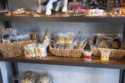 亀岡ベースのショップでの商品の陳列の写真